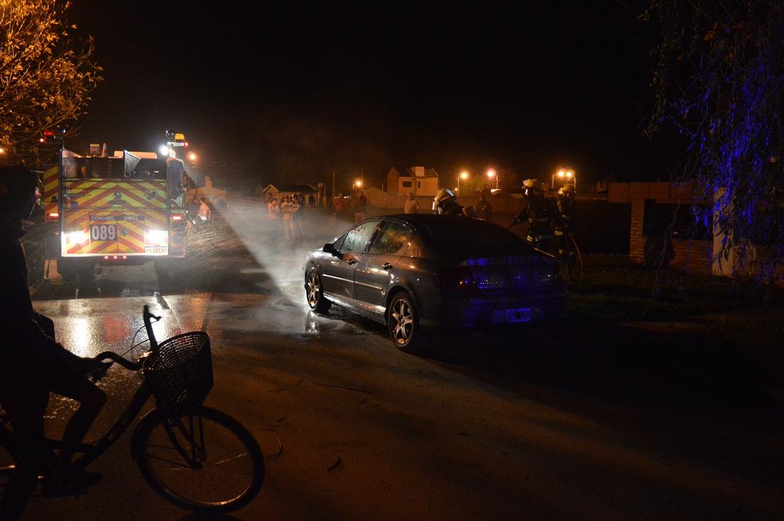 SIRENA DE BOMBEROS: Se incendió un auto en Coronel Vidal