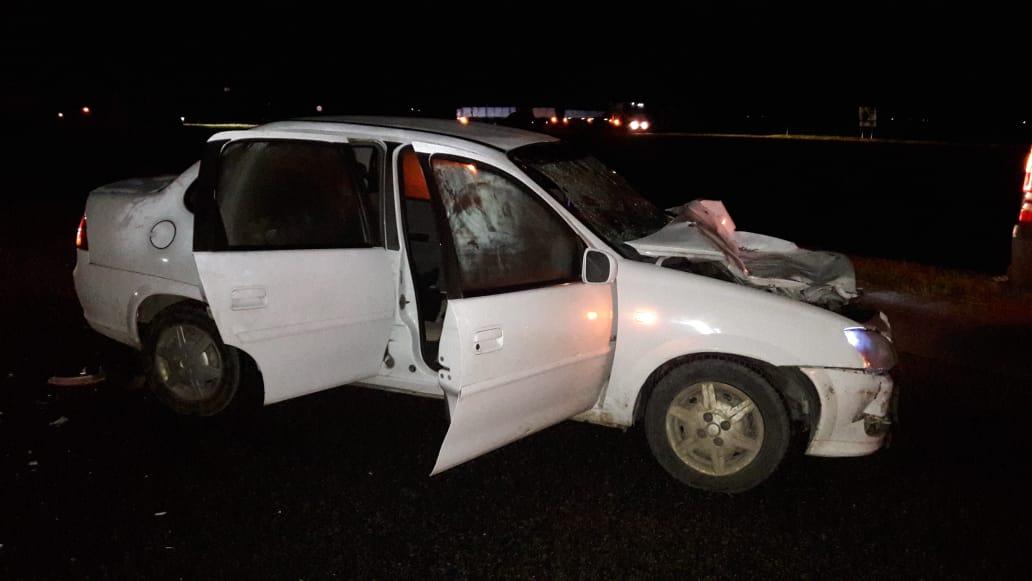 DURANTE LA NOCHE: Un auto con tres mujeres a bordo embistió un camión en el km 374 de la AU2