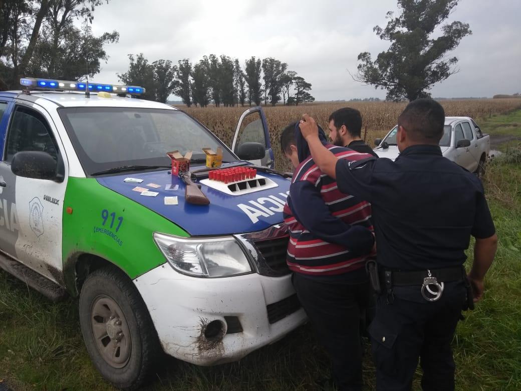 STA CLARA: Dos sujetos terminaron demorados tras ser encontrados dentro de un campo con escopetas y más de 45 cartuchos