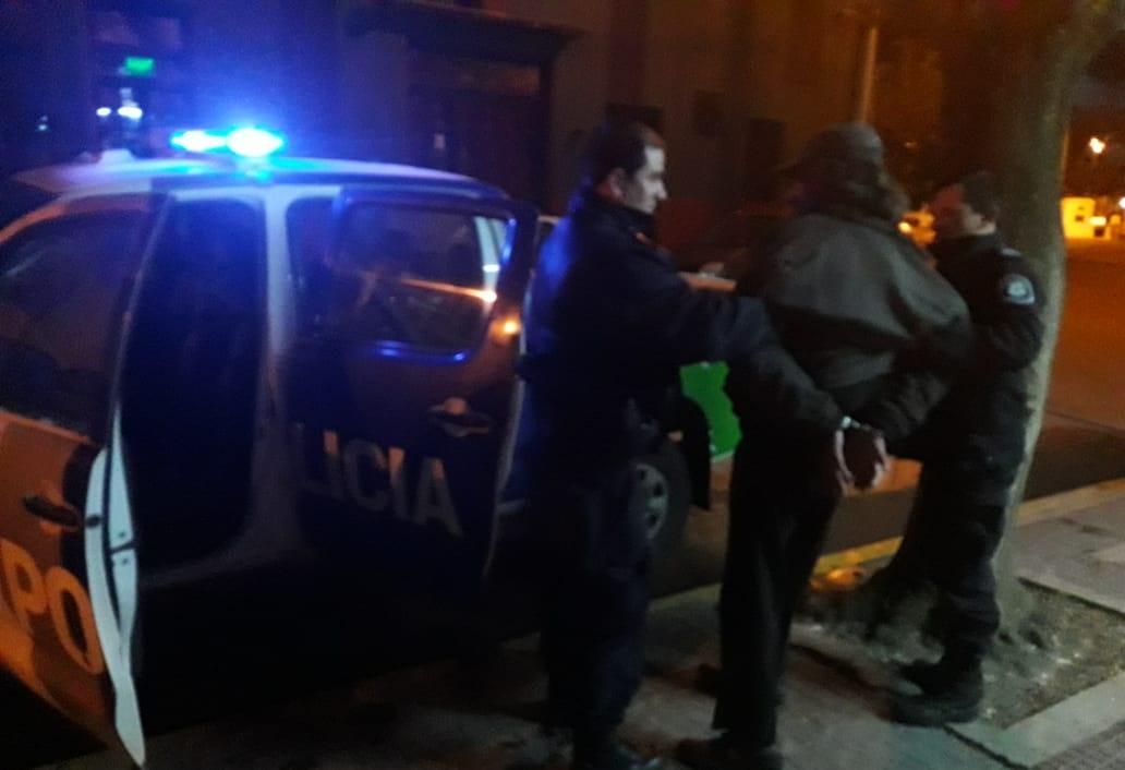 CNEL VIDAL: Detuvieron a un sujeto en estado de ebriedad que incitaba a la violencia en la vía publica