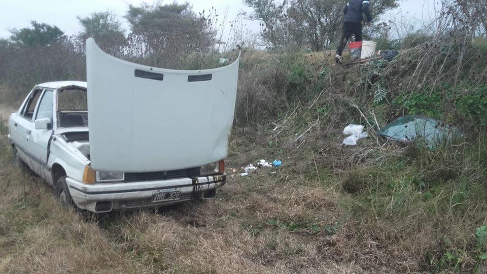 UNA LOCURA: Un auto con 8 personas a bordo, volcó en un camino rural de General Piran