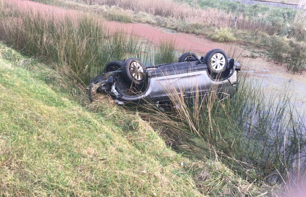 Accidente en la AU2: Un policía debió dispararle a la ventanilla de la camioneta para evitar ahogarse