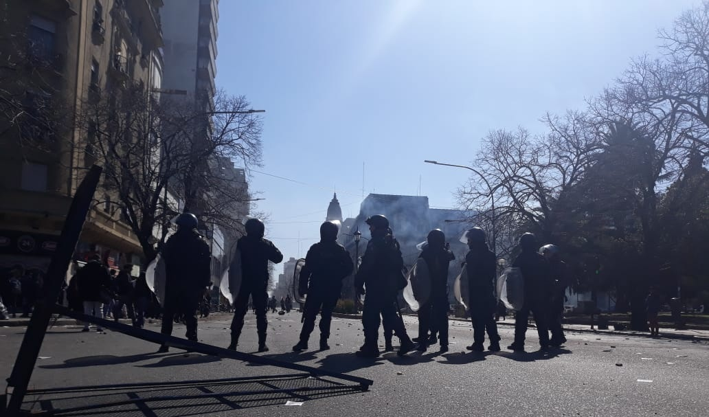 Reprimen en La Plata a movilizacion del Astillero Rio Santiago
