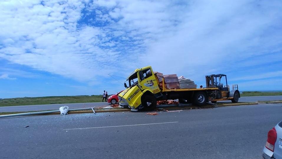 """Otro accidente mas…: Un camión se """"comió"""" el cantero central en la RP 11 a la altura del GADA 601"""