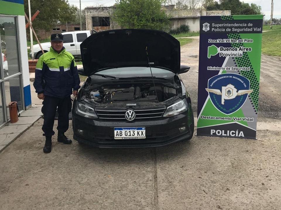 Dos abogados de La Plata circulaban en un auto robado y fueron detenidos en Coronel Vidal