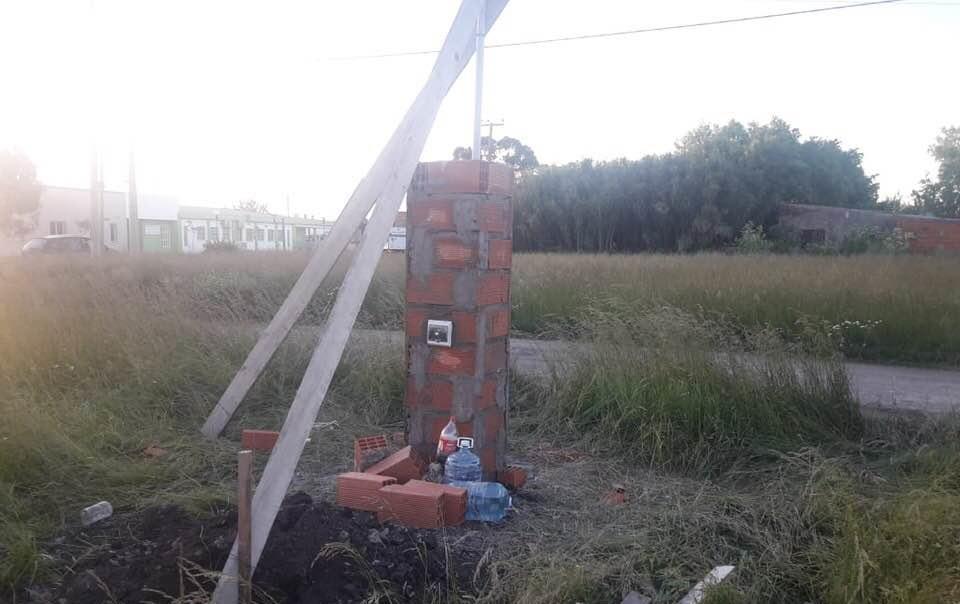 Con el pilar de la electricidad, arrancó la obra de la nueva escuela de Camet Norte