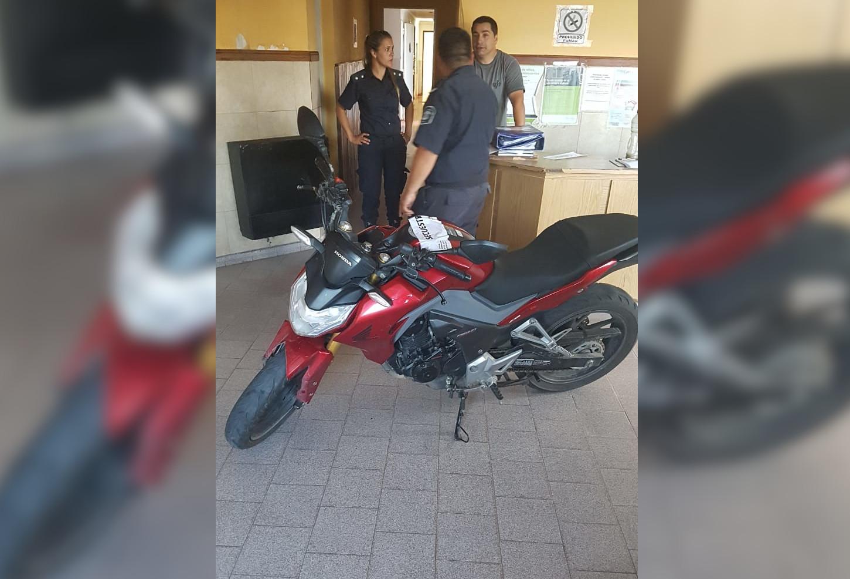 INSÓLITO: Circulaba en moto, vio a la policía y la dejo abandonada en la via publica
