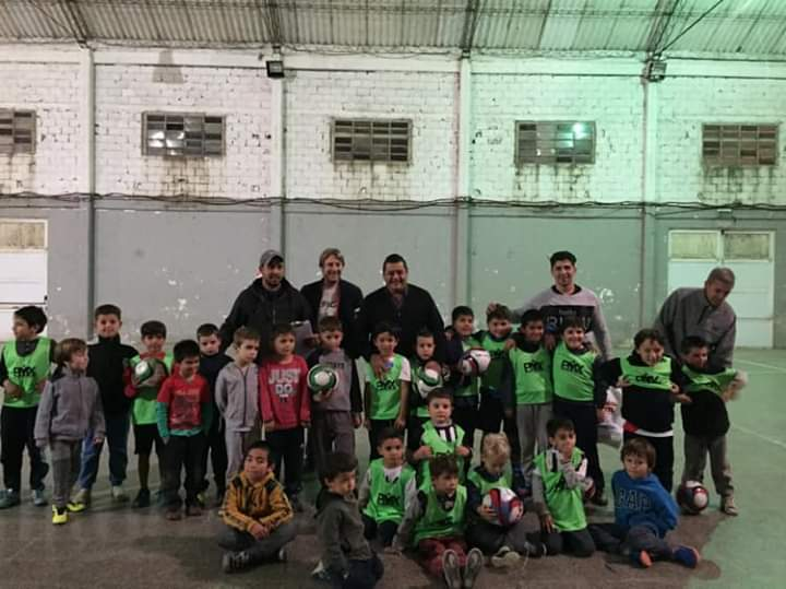 Marcelo Sosa entregó material deportivo al Club América de Piran