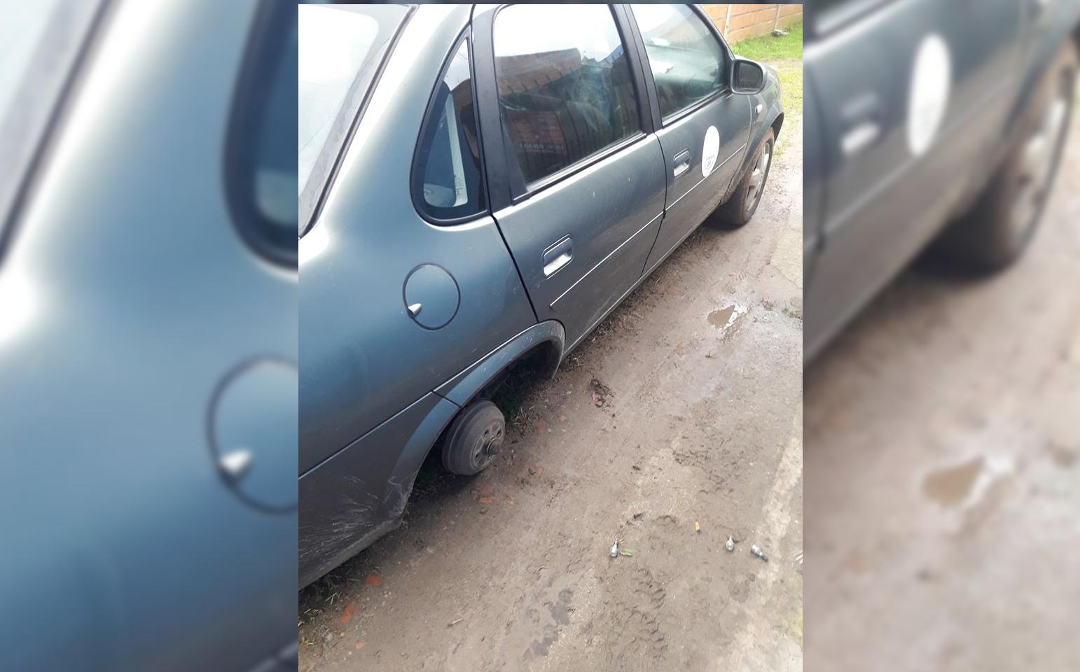 STA CLARA: Se levantó y descubrió que le habían robado dos ruedas completas de su automóvil