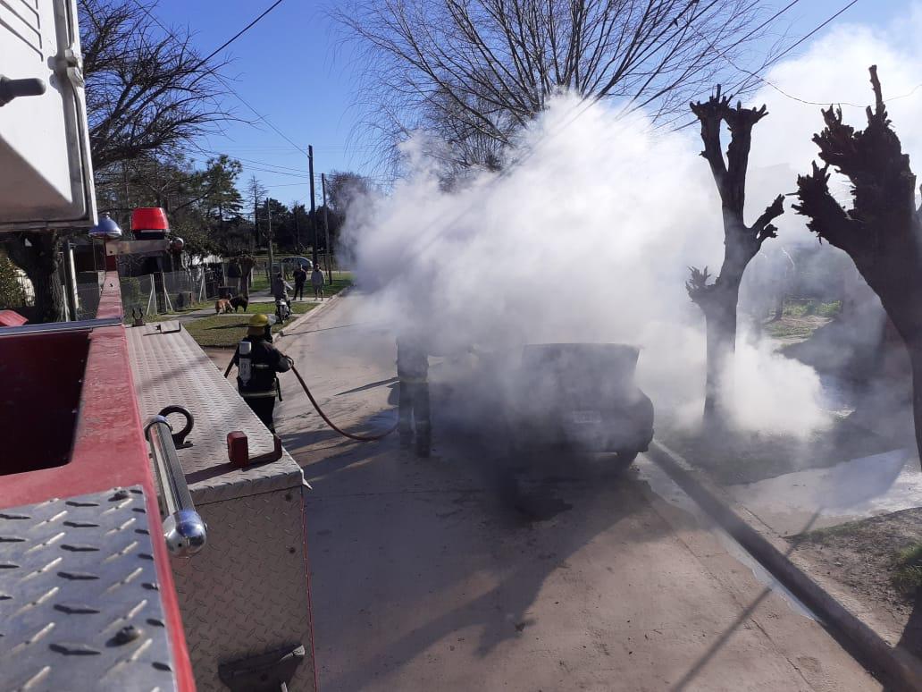CNEL VIDAL: Los bomberos sofocaron las llamas de un automóvil en el barrio Olga Albarracín