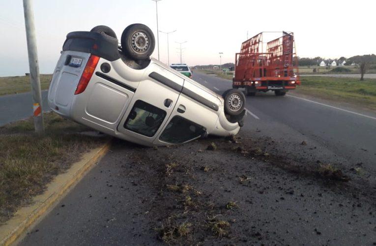 RUTA 11: Un automóvil chocó de atrás a un utilitario y provocó que volcara