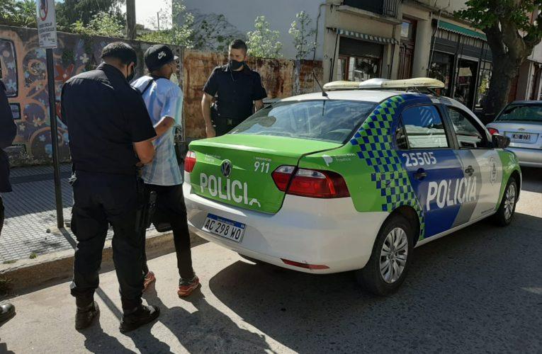 CNEL VIDAL: Un sujeto con orden de restricción y frondosos antecedentes le rompió el auto a otro en pleno centro