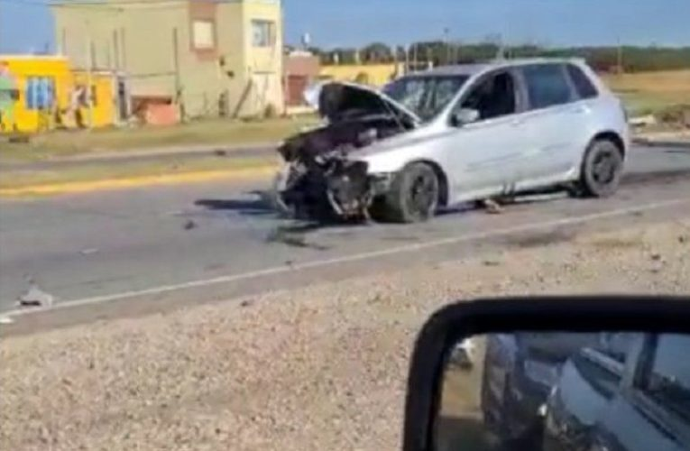 PLAYA DORADA: Un automóvil impactó contra una columna del cantero central en la RP 11