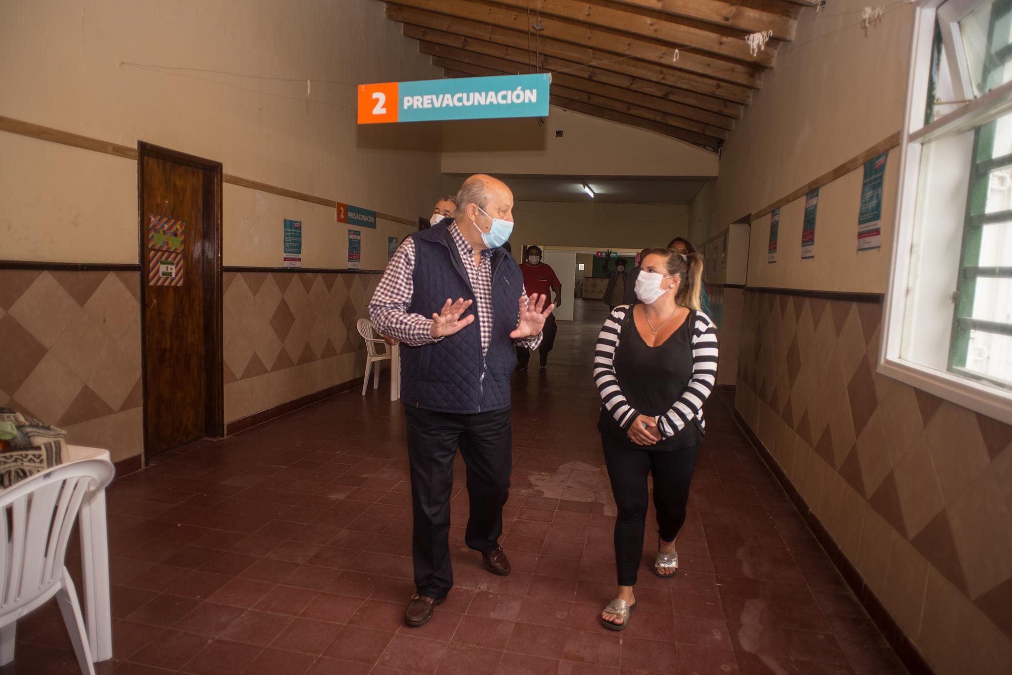 Paredi recorrió el centro de vacunación de la costa, ubicado en la Escuela N° 8