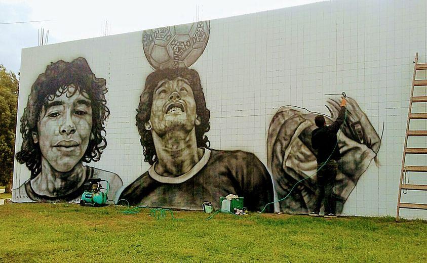 Aerógrafo en mano, así va quedando el nuevo mural homenaje a Maradona en Santa Clara del Mar