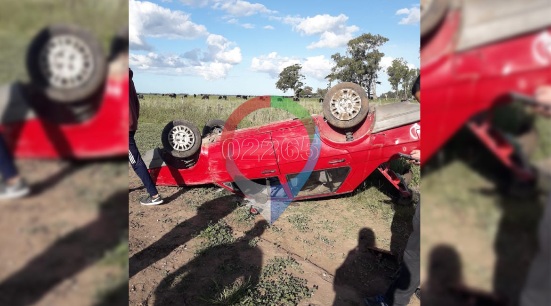 FIN DE SEMANA: Un automóvil volcó en un camino vecinal y sus ocupantes resultaron ilesos
