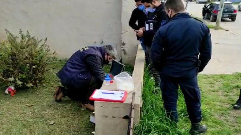 INSOLITO: Un jardinero cortaba el pasto cuando encontró un frasco con un pene humano dentro