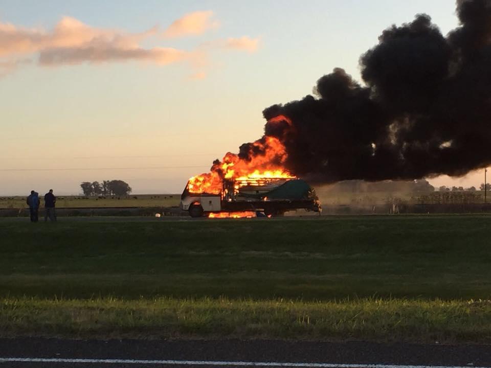 FIN DE SEMANA: Un camión se incendió vorazmente en la AU 2, en el km 373