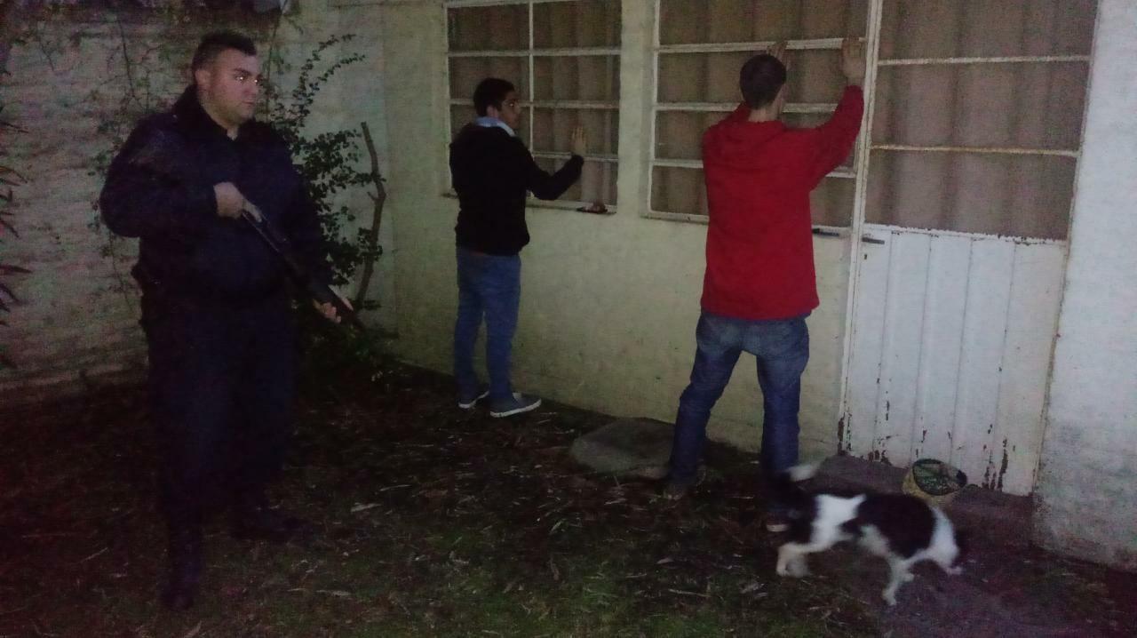 NO ERA PAPA NOEL: Encontraron dos sujetos en el techo de una vivienda, querían entrar por la chimenea a robar