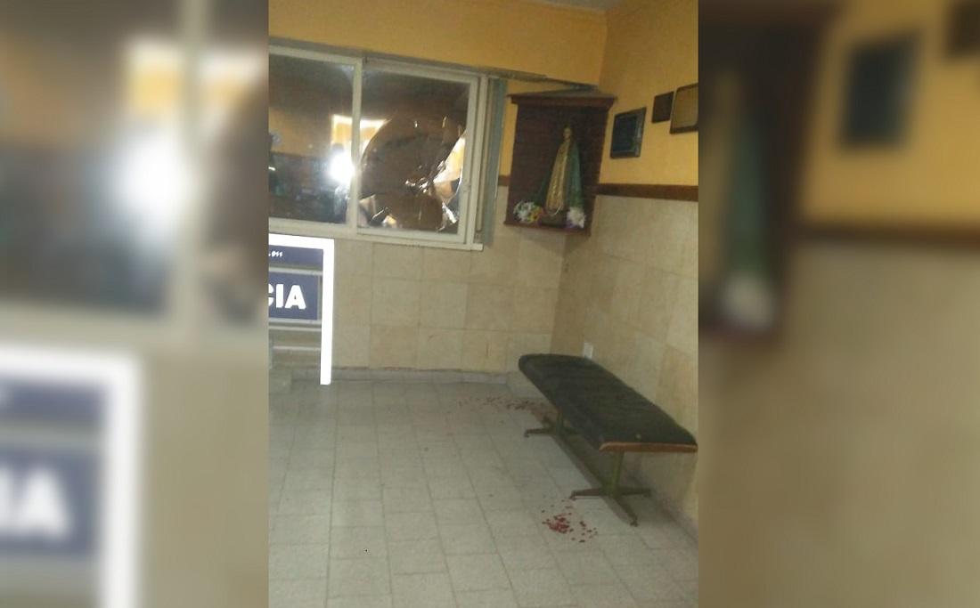 CNEL VIDAL: Un menor de 17 años le dio una trompada a la ventana de la Comisaría luego de ser demorado