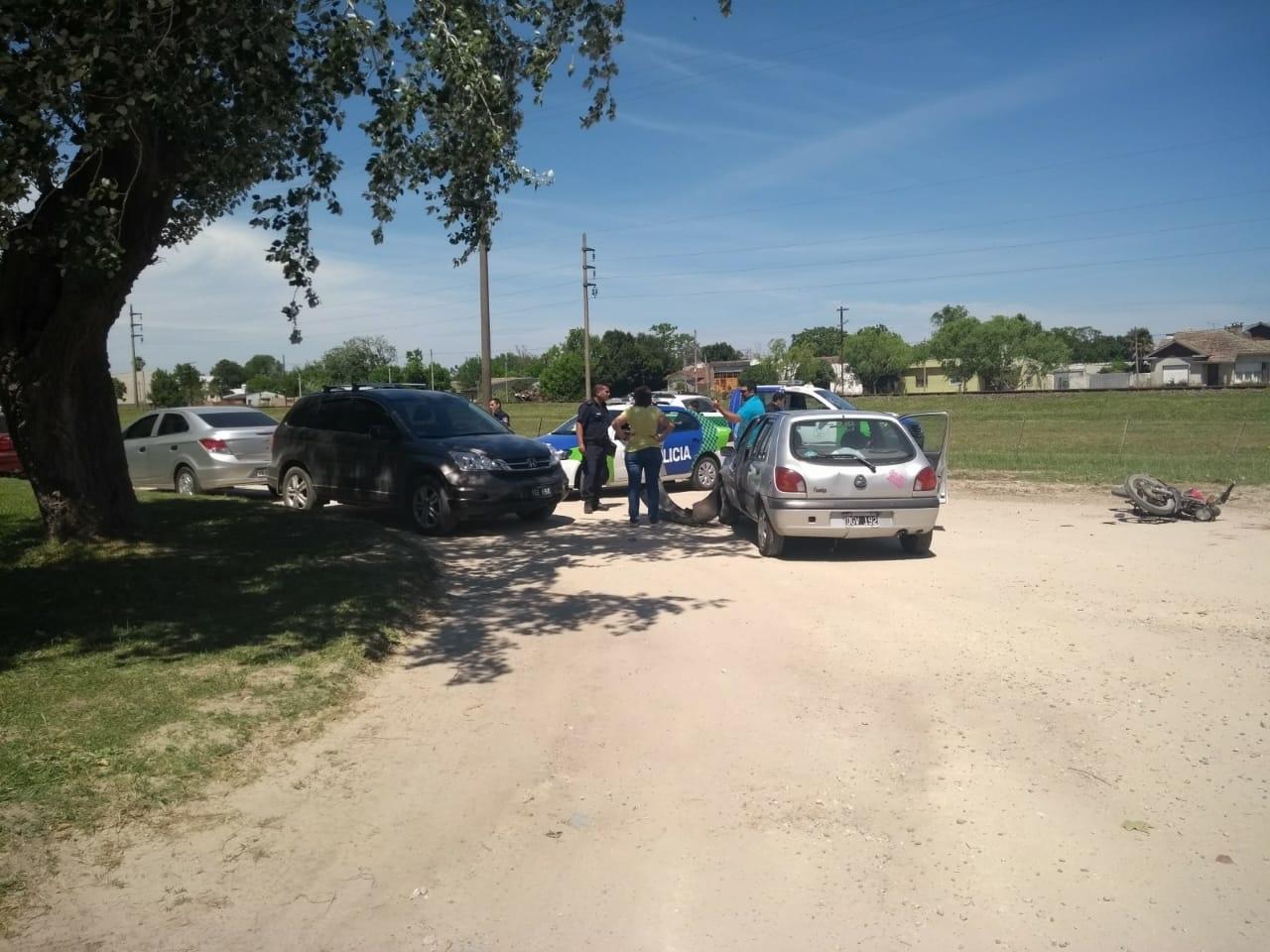 Fuerte accidente entre una moto y un automóvil en Cnel Vidal dejó un herido