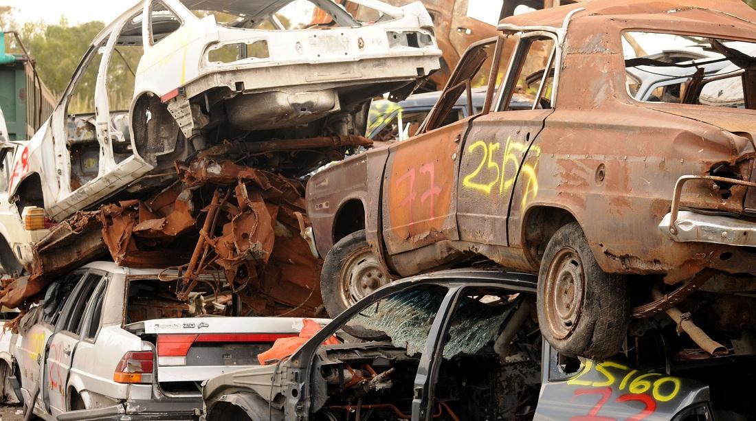 Comenzaron a compactar los autos siniestrados de las camineras de la provincia