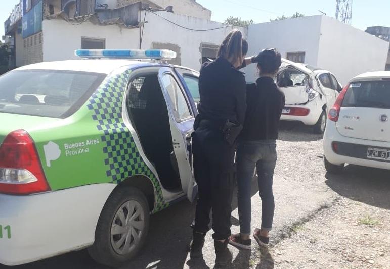Una mujer violó una orden de restricción, provocó daños y fue detenida