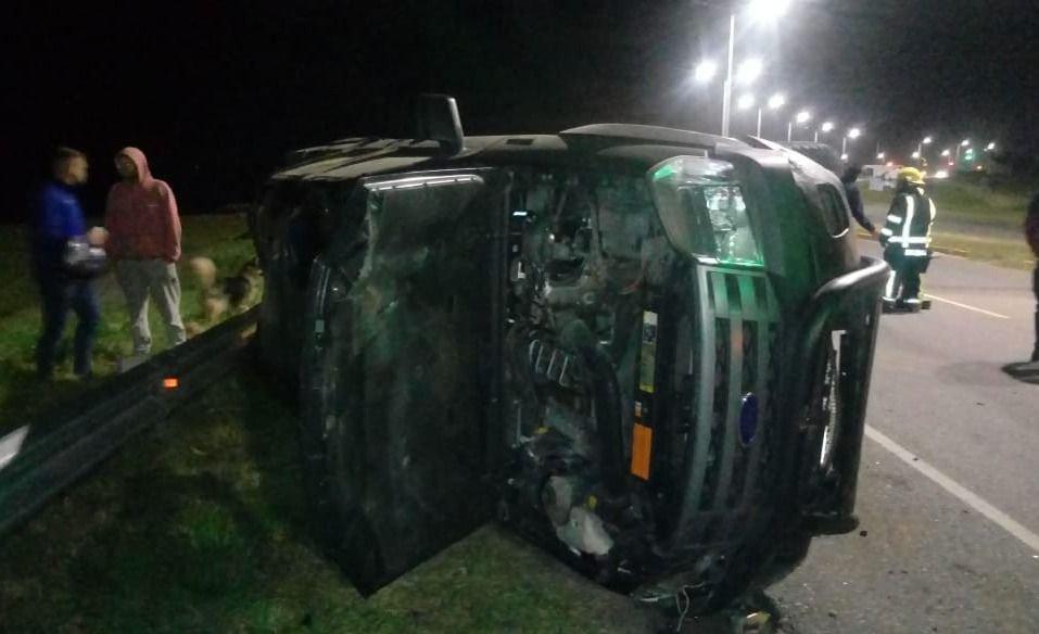 Otro accidente en la 11: Una camioneta que iba desde Santa Clara a Mar del Plata, choco el cantero central, cruzo de carril y volcó