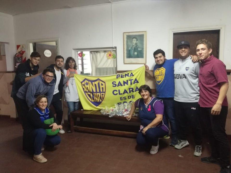 """La peña """"Santa Clara es de Boca"""" entregó útiles escolares a la Escuela N° 8"""