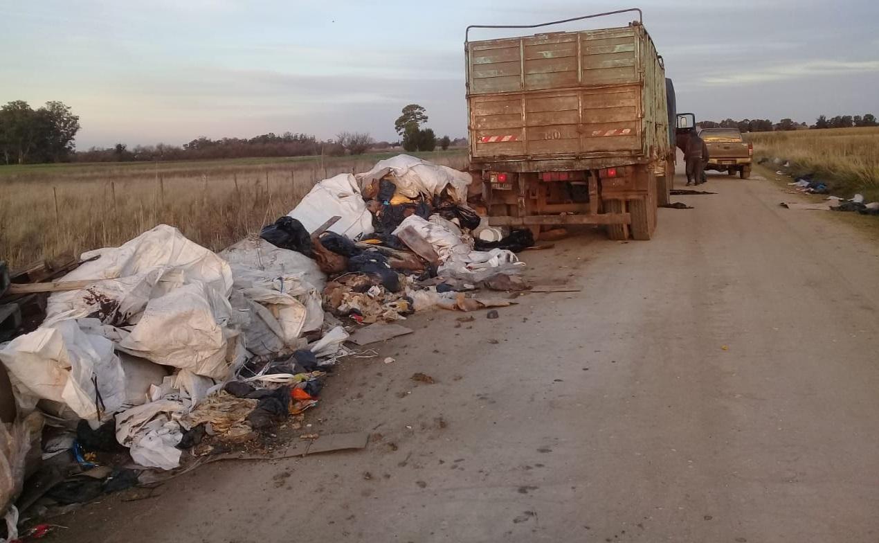 CAMIONERO SUCIO: La policía atrapó a un sujeto que tiraba basura a pocos metros del cementerio municipal