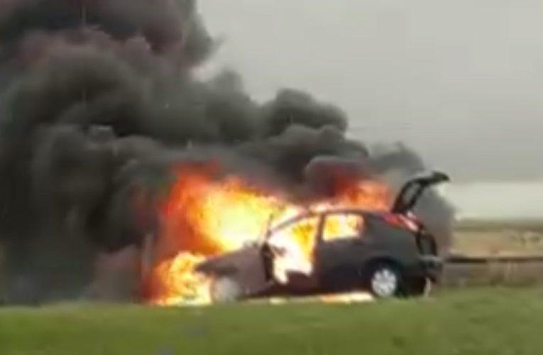 VIDEO || Se incendió un automóvil en el km 370 de la Autovía 2