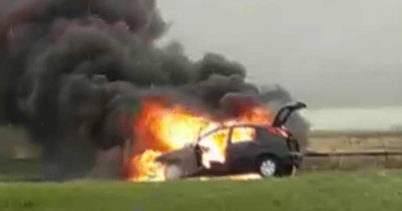 VIDEO    Se incendió un automóvil en el km 370 de la Autovía 2