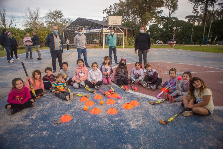 COSTA NORTE: Deportes entregó material a la escuela municipal de Hockey en Mar de Cobo
