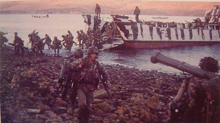 Malvinas, el Día D: el impactante desembarco británico y el piloto argentino que voló entre los buques enemigos