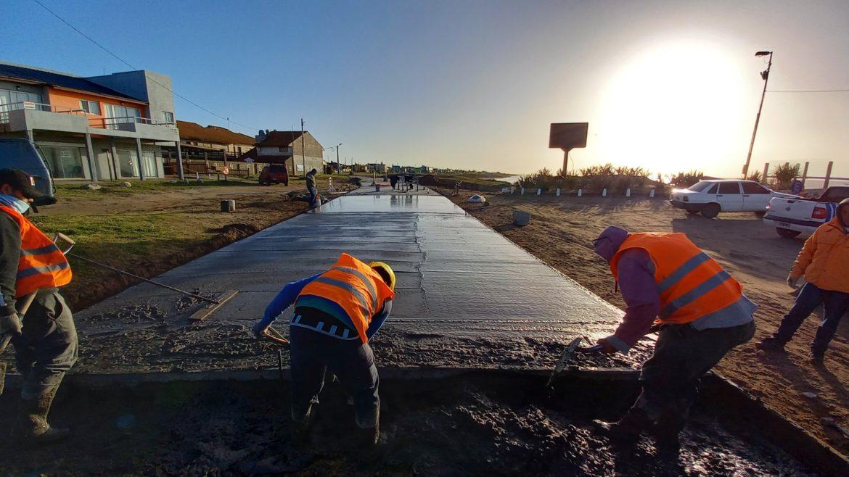 Avanza a paso firme el pavimento de la Costanera de Santa Clara del Mar