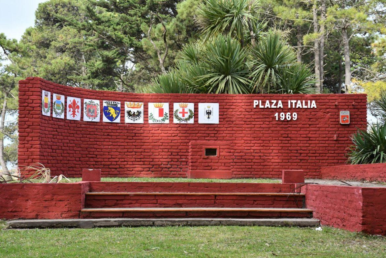 """La renovada """"Plaza Italia"""" de Coronel Vidal cumple un nuevo aniversario de la creación del mural homenaje"""