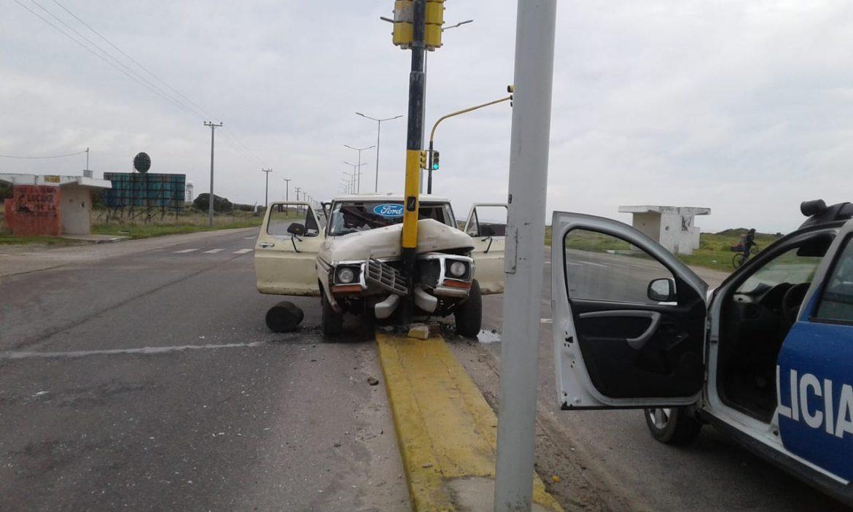 RP 11: Chocaron contra un semáforo, y cuando llegó la policía los agredieron. Tenían cocaína