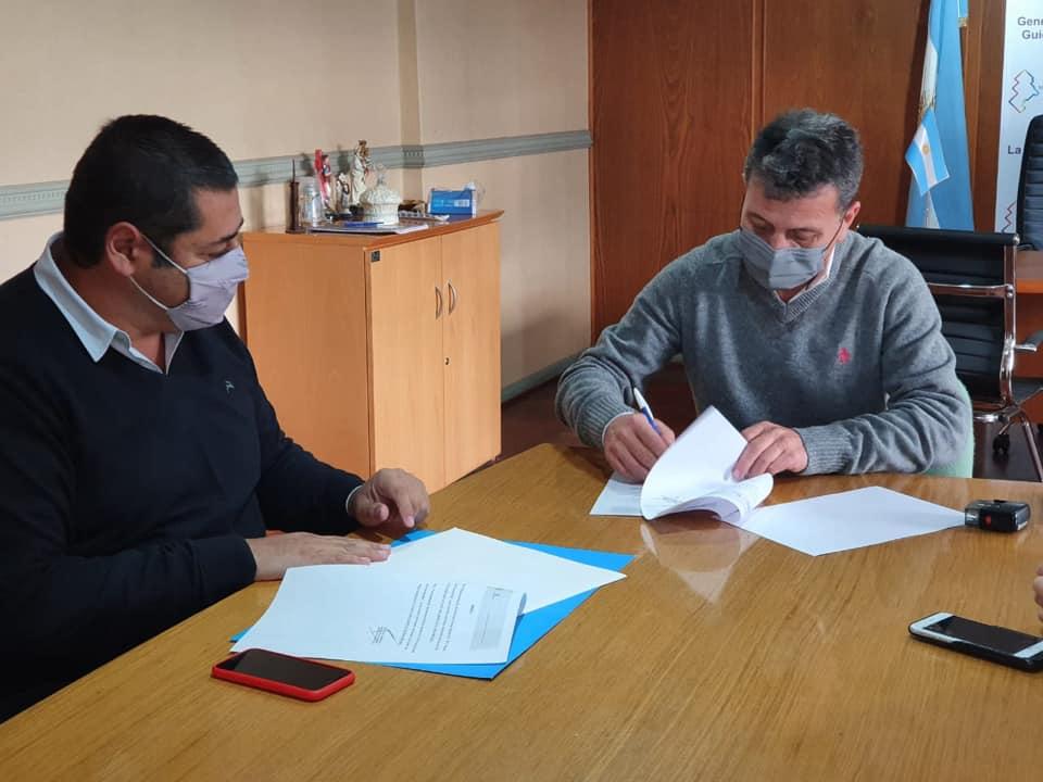 En General Guido, Marcelo Sosa firmó convenios con Carlos Rocha para mejoras en los accesos a esa localidad